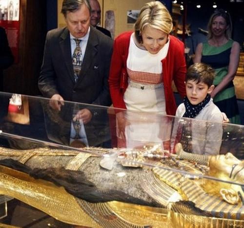 Kronprinzessin Mathilde mit Dr. Wolfgang Wettengel (Wissenschaftlichen Leiter der Ausstellung) in Brüssel