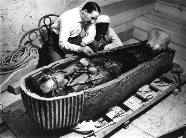 Entdecker Howard Carter bei der Arbeit am Innensarg des Tutanchamun.